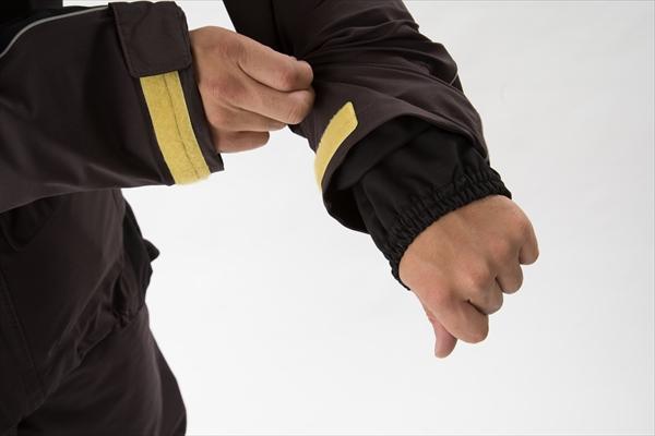 手首と足首はゴム付きのインナーが付いていて、裾からの雨水の侵入を防ぎやすくなっています。